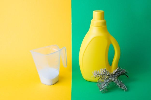 Gel de lavagem e um copo medidor com sabão em pó