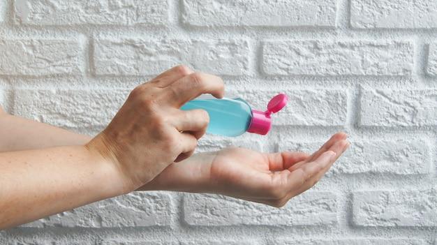 Gel desinfetante à base de álcool ou um gel antibacteriano para proteção contra bactérias ou vírus e coronavírus covid-19 em uma parede branca