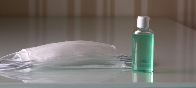 Gel desinfetante para as mãos e máscara de proteção médica contra o vírus corona