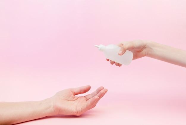 Gel desinfetante para as mãos para a proteção das mãos contra o vírus corona.