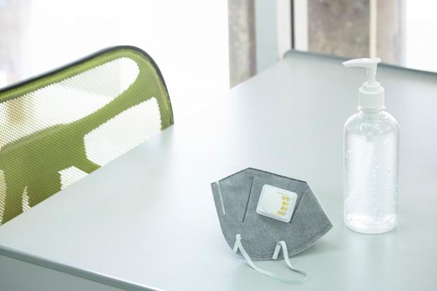 Gel higienizado e máscara cirúrgica previnem proteger saneamento saúde cuidados pessoais