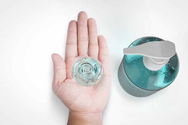 Gel higienizado em frasco de bomba com mão humana aberta