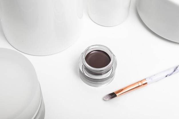 Gel marrom para sobrancelhas na mesa de banheiro