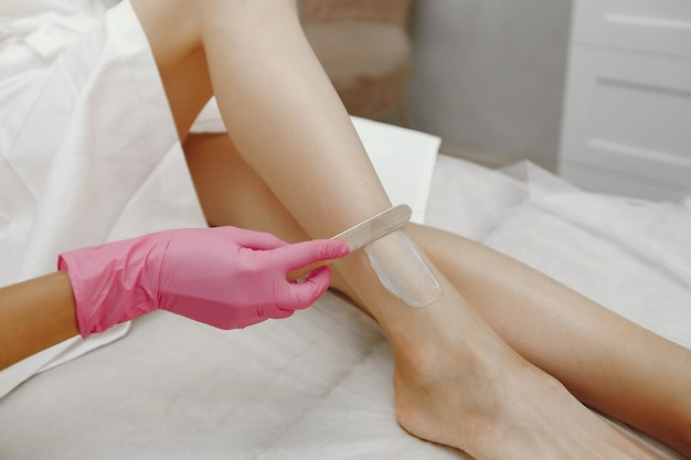 Gel para laser na pele de uma mulher
