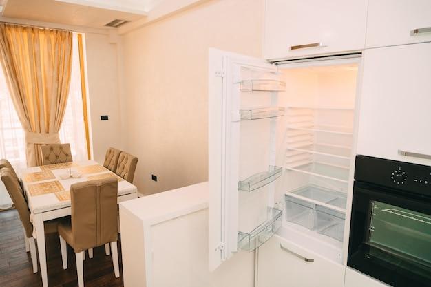 Geladeira aberta na cozinha