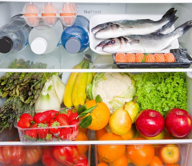Geladeira cheia de comida com dieta mediterrânea