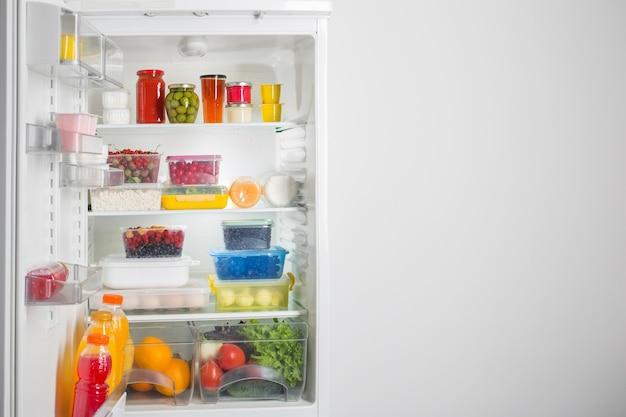 Geladeira com diversos alimentos saudáveis