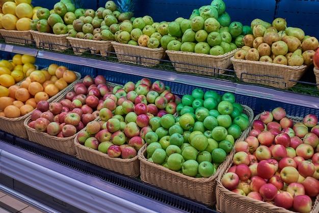 Geladeira com frutas na loja