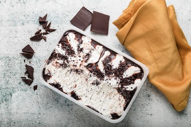 Gelado caseiro com microplaquetas de chocolate. sobremesa de refrescamento para gourmet. stracciatella