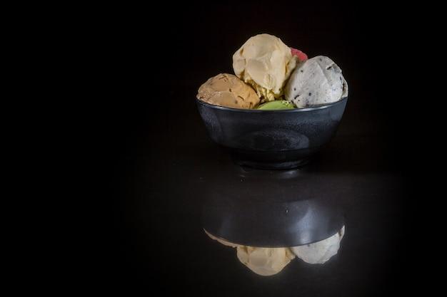 Gelado, colheres, tigela, misturado, sorvete, em, copo gelado, ligado, experiência preta