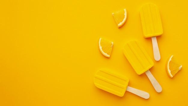 Gelado com sabor amarelo no espaço da cópia