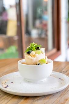 Gelado de baunilha com maçã fresca e crumble de maçã em café e restaurante