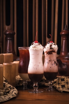 Gelado de baunilha e chocolate no copo