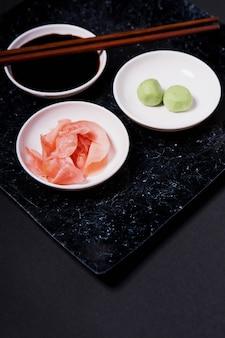 Gelado de close-up perto de wasabi e molho de soja
