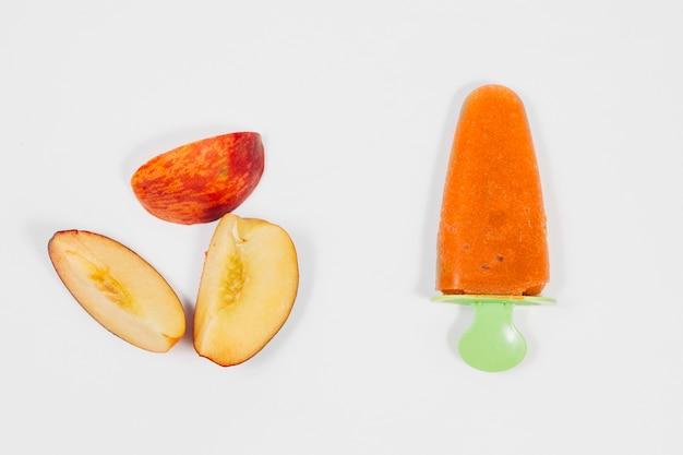Gelado de frutas e maçãs vermelhas