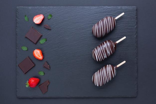 Gelado de morango e chocolate
