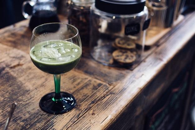 Gelado matcha cocktail no café