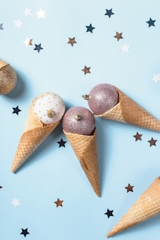 Gelado não comestível de bolas de natal em cones de waffle
