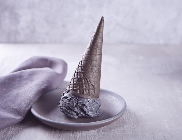 Gelado preto em cones de gelado repartidos tradicionais.