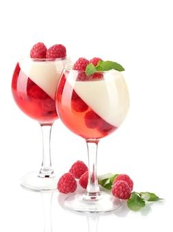 Gelatina de frutas com framboesas em copos isolados no branco