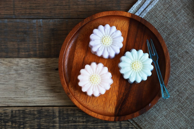 Geléia de coco tailandesa, sobremesa arte tailandesa caseira colocada em prato de madeira e mesa de madeira