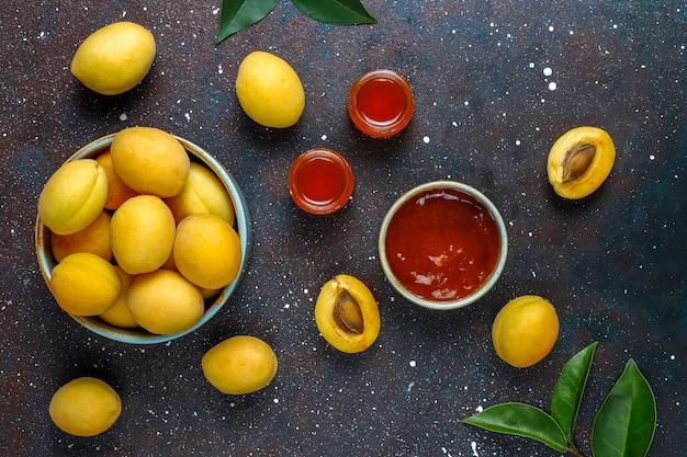 Geléia de damasco deliciosa caseira com frutas frescas de damasco
