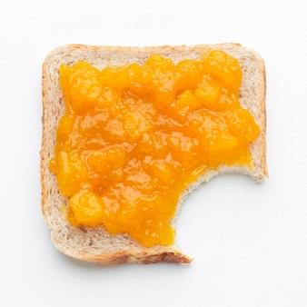 Geléia de damascos de vista superior no pão