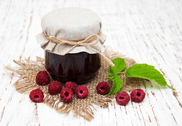 Geléia de framboesa com frutas frescas