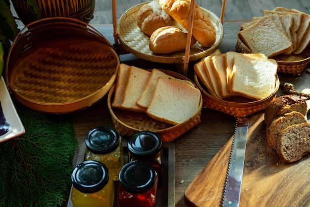Geléia de frutas e pão para o café da manhã