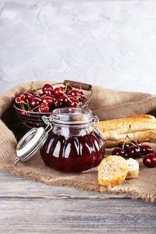 Geléia de frutas vermelhas em uma jarra de vidro na mesa, close-up