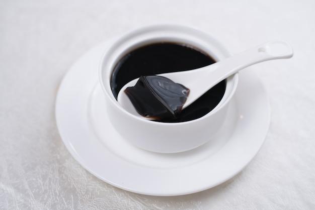 Geleia de grama é sobremesa do sudeste da ásia feita a partir de fervura dos talos envelhecidos e levemente oxidados.