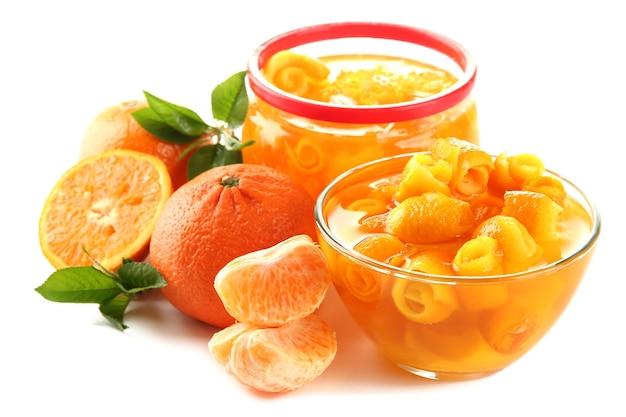 Geléia de laranja com raspas e tangerinas, no branco