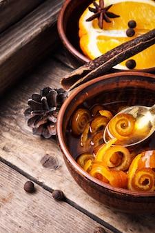Geléia de laranja na tigela