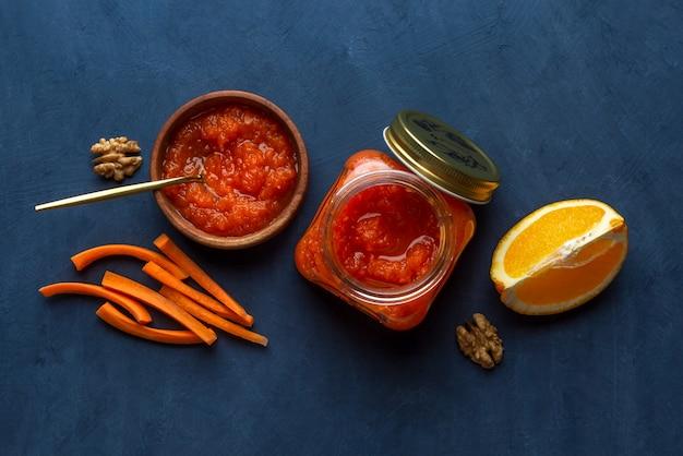 Geléia de legumes com cenoura e laranja em fundo escuro