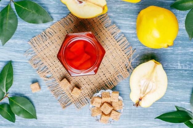 Geléia de marmelo caseiro delicioso e saudável em vidro