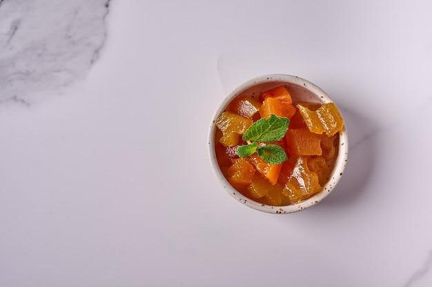 Geléia de melão com hortelã em uma tigela pequena Foto Premium