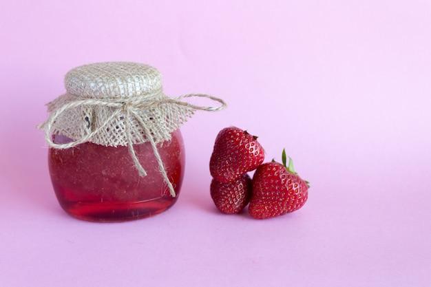 Geléia de morango, bagas de morango em um rosa. preservação de verão de geléia