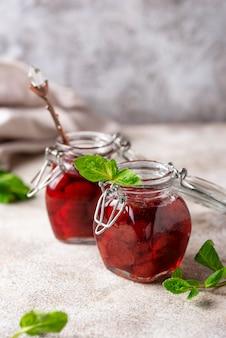 Geléia de morango caseira em jarra