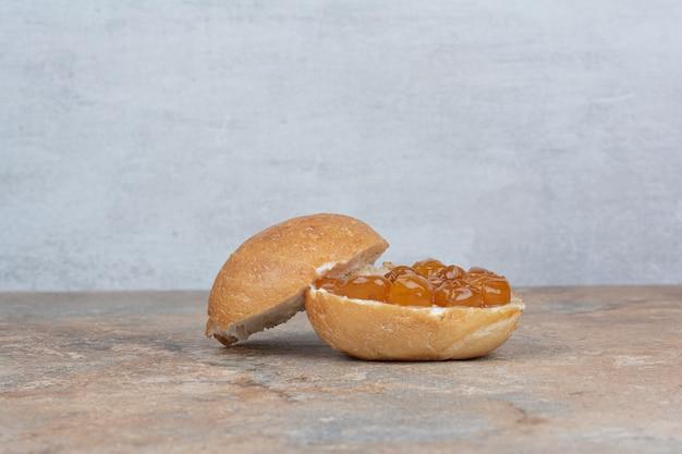 Geléia de pão e frutas vermelhas na mesa de mármore
