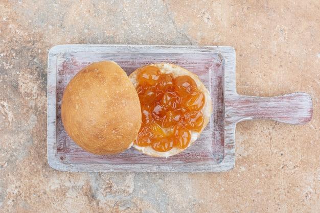 Geléia de pão e frutas vermelhas na tábua