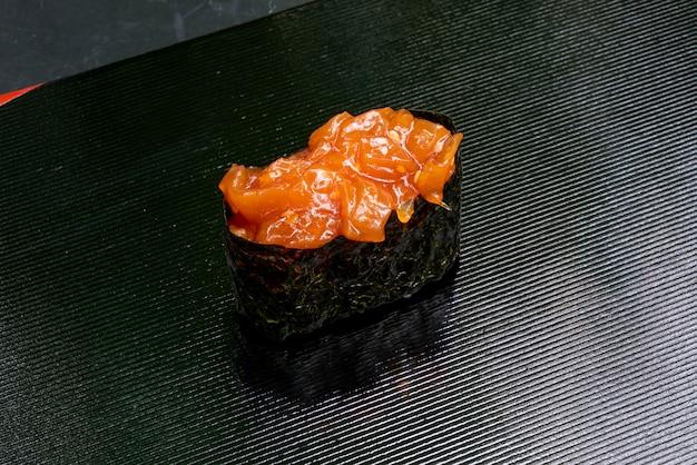 Geléia de peixe em óleo de gergelim sushi
