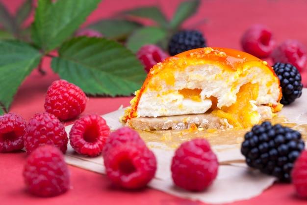 Geléia de pêssego amarelo com framboesas e amoras, um bolo de laranja com recheio branco cremoso