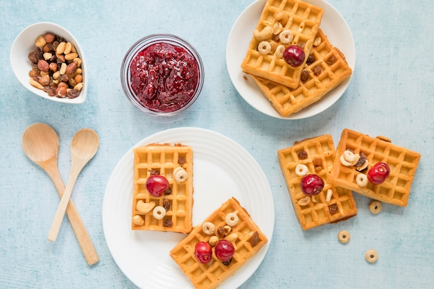 Geléia de vista superior e waffles