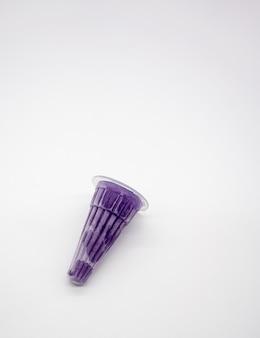 Geléia roxa espremida no pacote de cone plástico isolado no branco