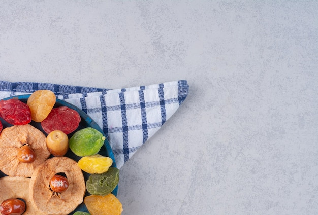 Geléias de frutas secas multicoloridas isoladas no fundo de concreto.