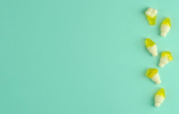 Geléias de goma em uma linha no fundo da casa da moeda