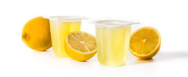 Geléias de limão em um copo de plástico isolado na superfície branca