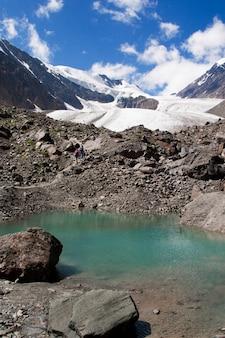Geleira aktru (akturu) nas montanhas de altai e no lago