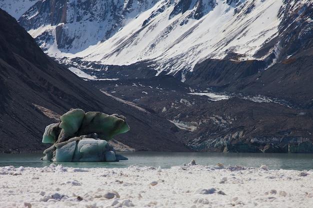Geleira de gelo no lago. mount cook, nova zelândia