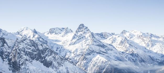 Geleira de montanha vista panorâmica com céu azul e neve